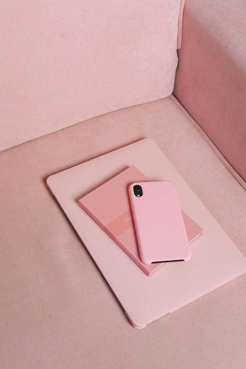 Gratis lagerfoto af Gadgets, lodret skud, lyserød smartphone