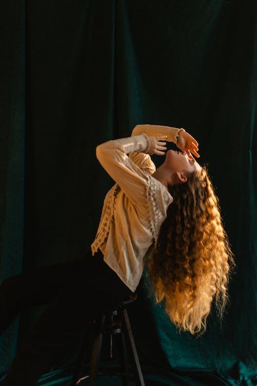 Darmowe zdjęcie z galerii z bluza, bluzka, brązowe włosy