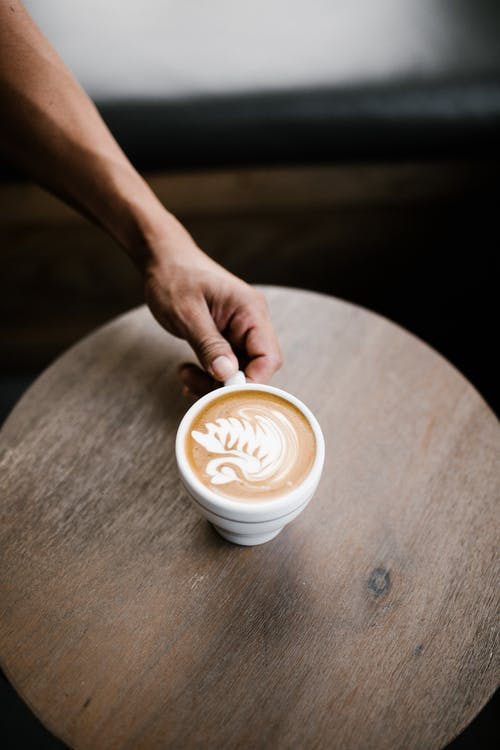 Gratis arkivbilde med barista, bord, cappuccino