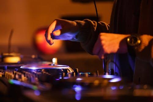 Бесплатное стоковое фото с DJ-микшер, аудиотехника, выборочный фокус