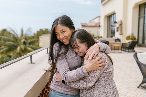 Kostnadsfri bild av balkong, dotter, downs syndrom