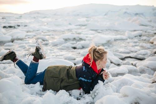 人, 俯臥位, 冬季 的 免費圖庫相片