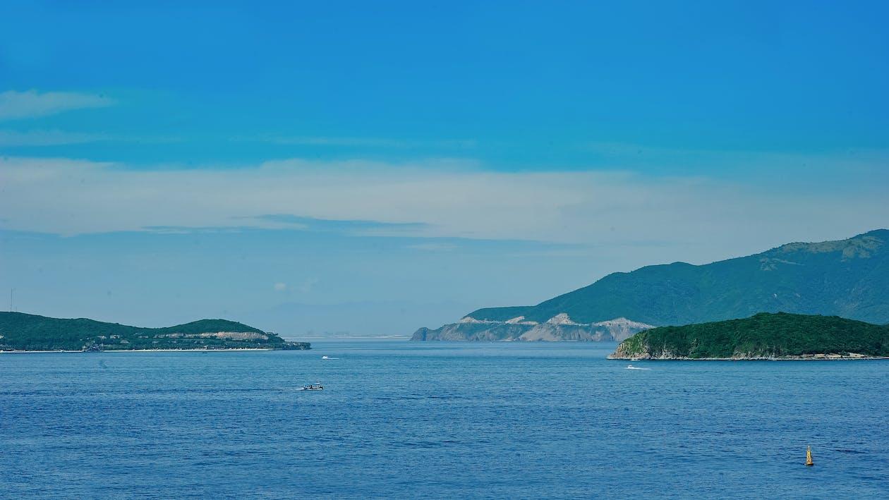 ακτή, βάρκα, βουνά