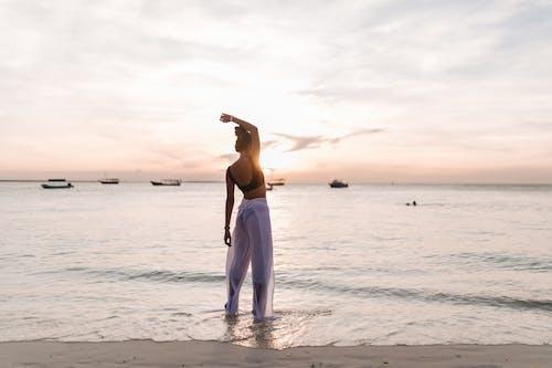 Бесплатное стоковое фото с берег, бикини, женщина