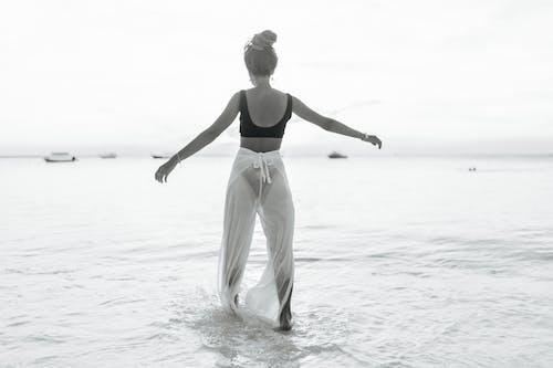 Безкоштовне стокове фото на тему «Бікіні, відпустка, відтінки сірого»