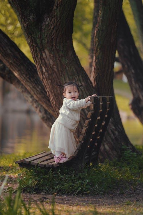 Photos gratuites de adorable, banc en bois, bébé