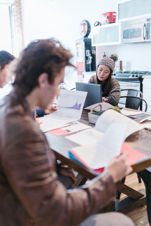 Kostnadsfri bild av arbetssätt, asiatisk kvinna, bord