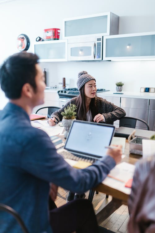 Kostnadsfri bild av arbetssätt, asiatisk kvinna, bärbar dator