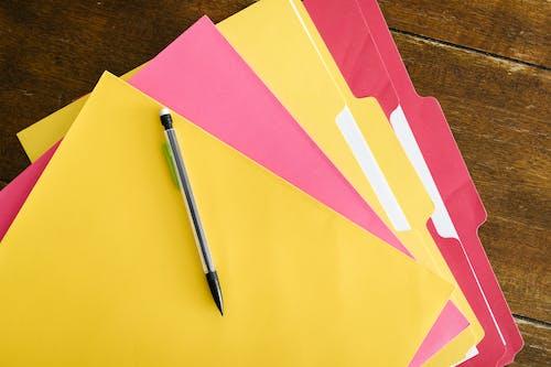 다채로운, 목조 테이블, 책상의 무료 스톡 사진