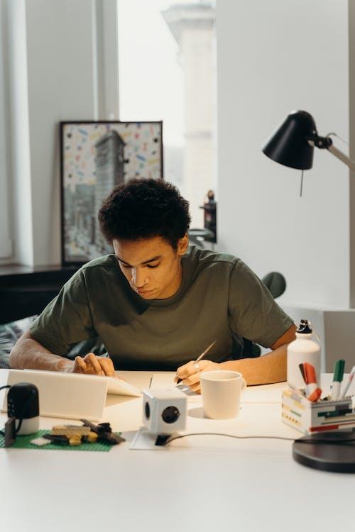 Gratis arkivbilde med arbeide, bord, ideer