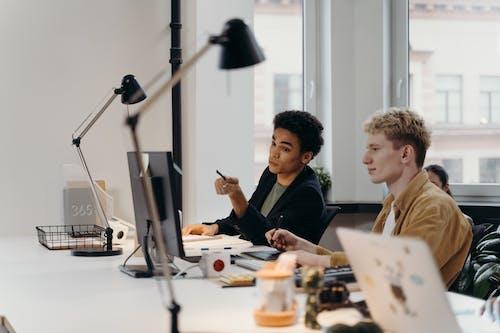 Kostenloses Stock Foto zu arbeitsplatz, brainstorming, büro
