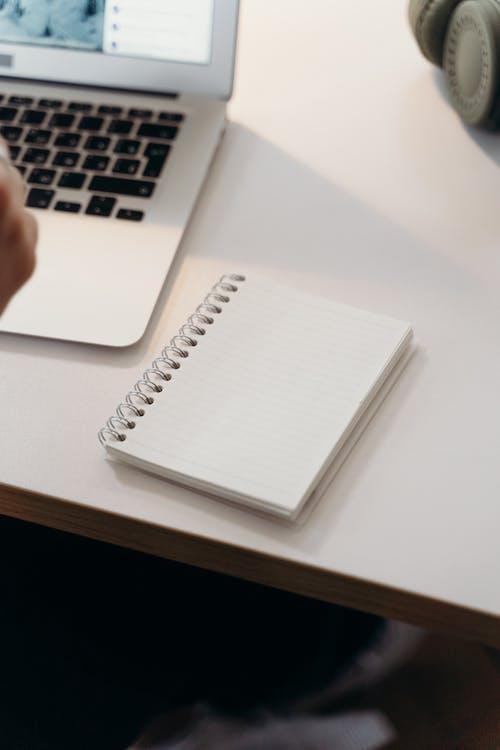 Gratis lagerfoto af bærbar computer, computer, kontor