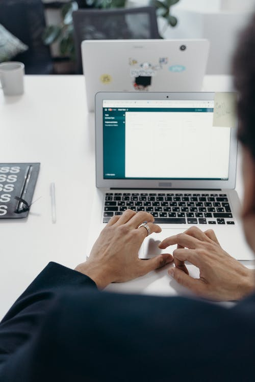 Gratis arkivbilde med arbeider, arbeidsplass, bærbar datamaskin