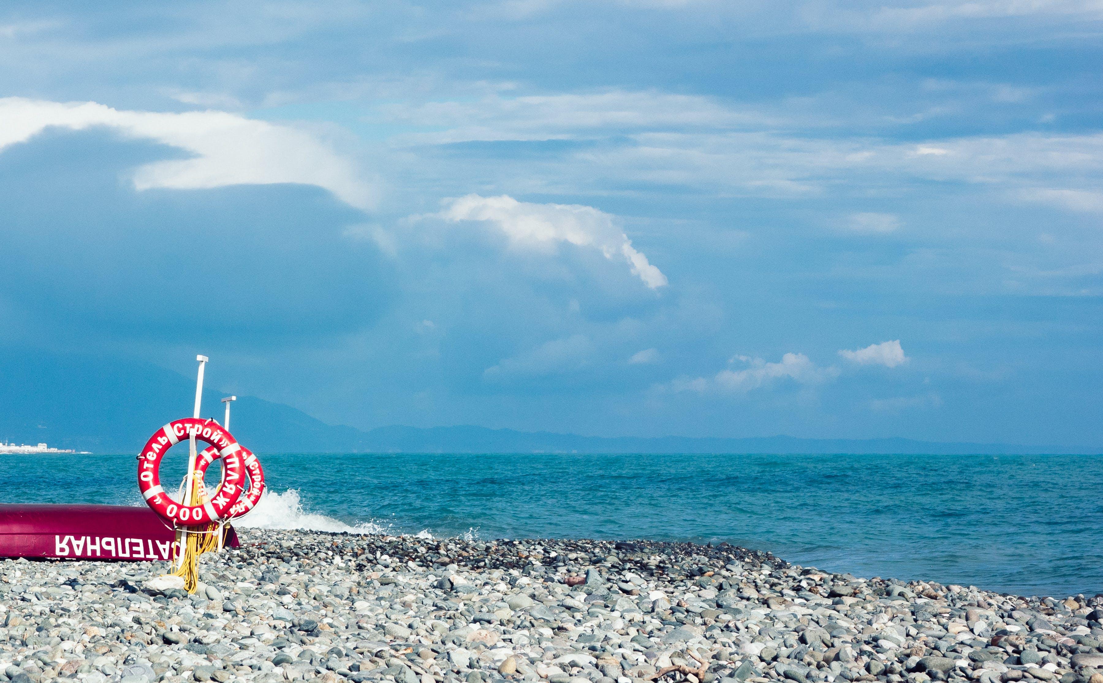 Kostenloses Stock Foto zu blauer himmel, boot, entspannung, felsen