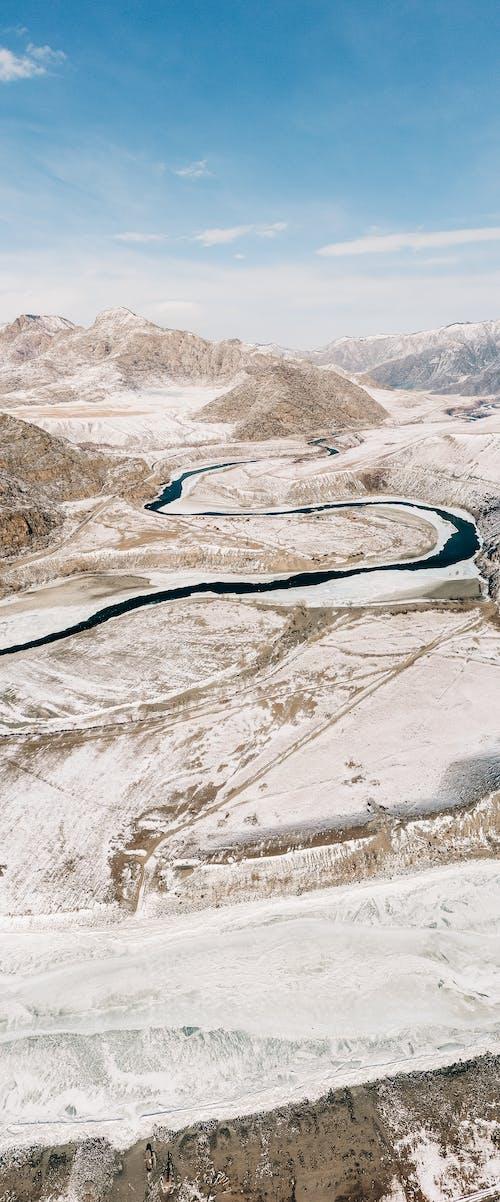 山の道路の航空写真