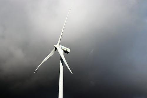 Weiße Windmühle Unter Grauem Bewölktem Himmel