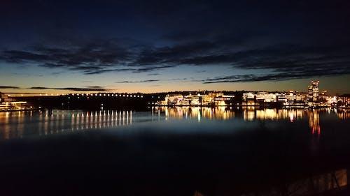 Kostnadsfri bild av kvällshimmel, stadsljus, vatten
