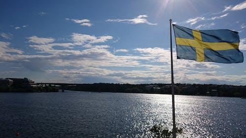 Kostnadsfri bild av svensk flagga, vid havet