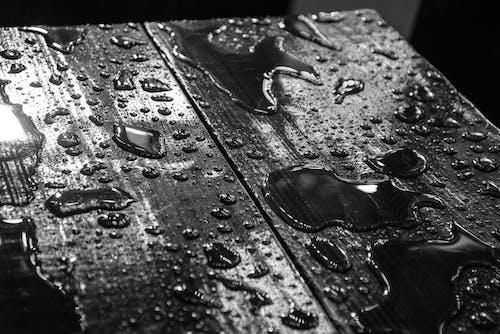 Kostenloses Stock Foto zu dunkel, h2o, holztisch, nass