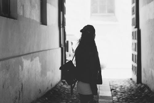 Základová fotografie zdarma na téma batoh, brána, černobílý, dospělý