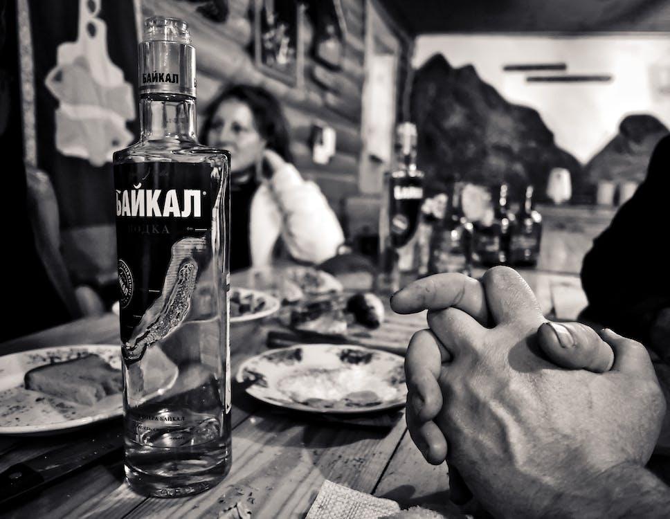 Graustufenfotografie Der Flasche Neben Untertasse