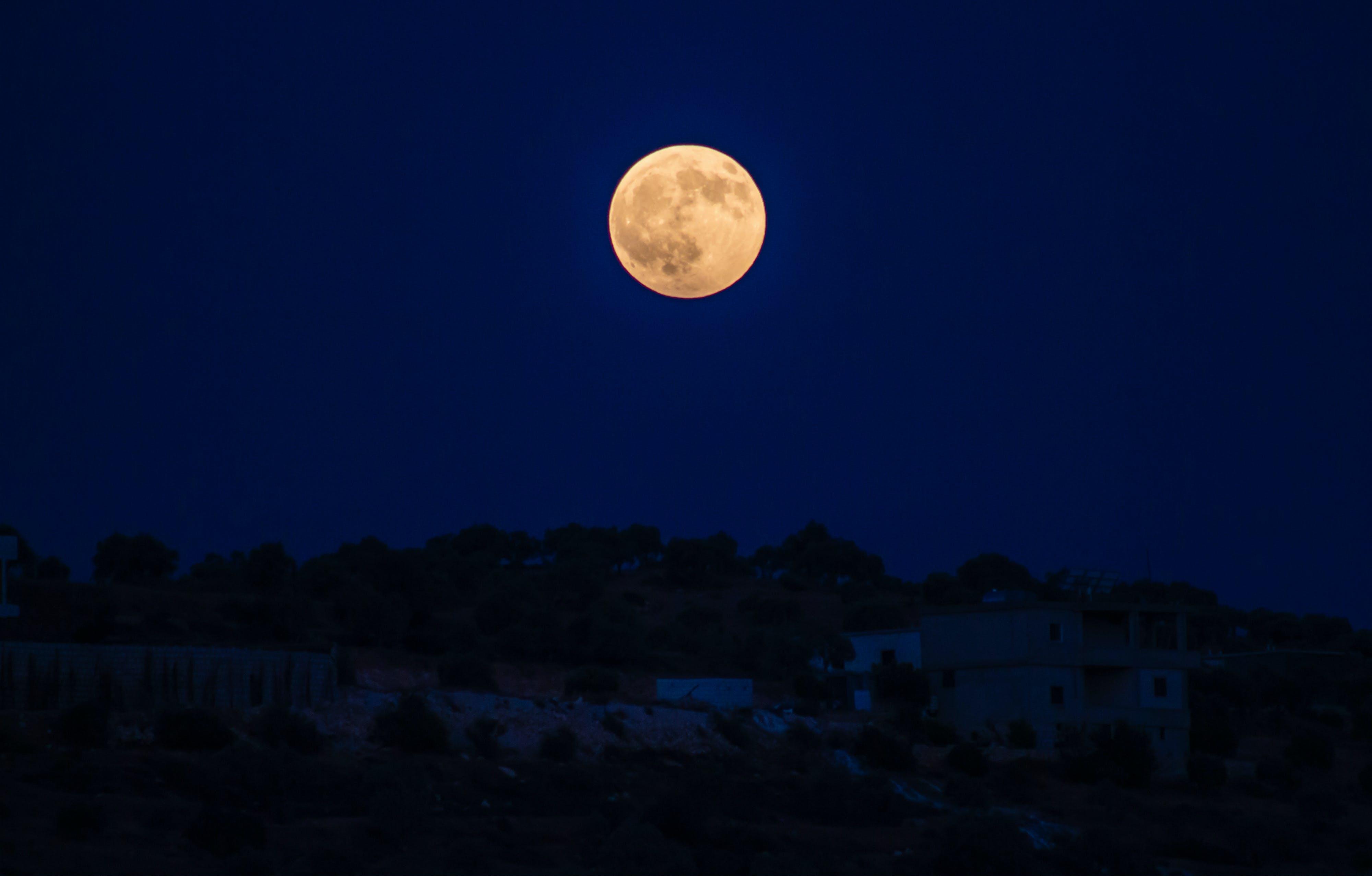 Gratis arkivbilde med astronomi, bygning, daggry, fullmåne