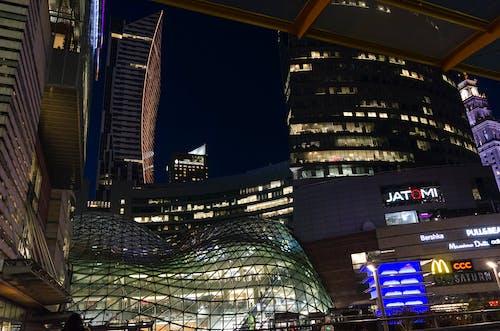 가벼운 광고, 건물, 건축, 고층 건물의 무료 스톡 사진