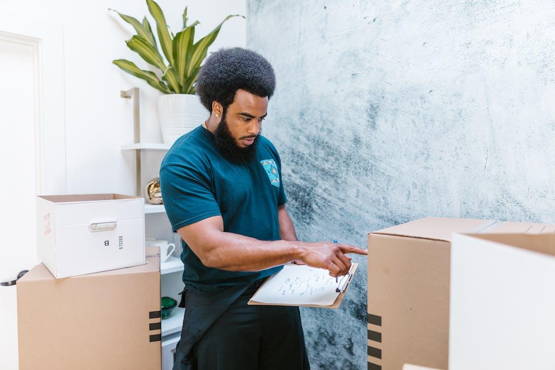 Man In Blauwe Ronde Hals T Shirt Met Wit Printerpapier