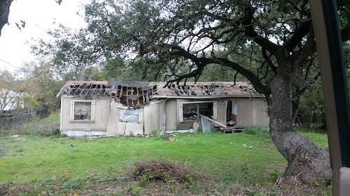 Gratis stockfoto met beschadigde, dak, dak reparatie, dakbedekking reparatie