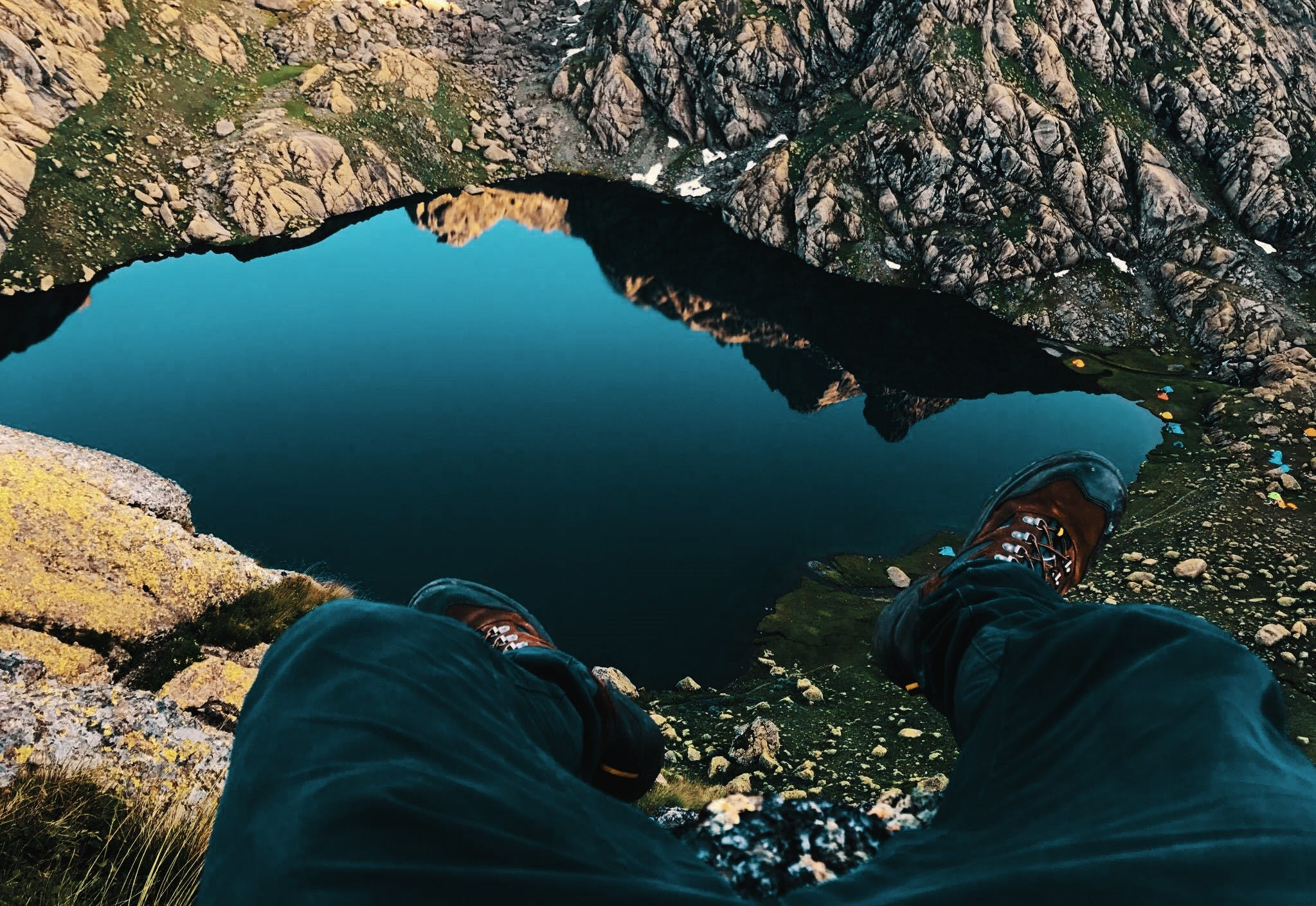 Foto d'estoc gratuïta de adult, aigua, alt, botes de muntanya