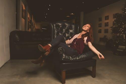 Imagine de stoc gratuită din adult, așezat, birou, blugi