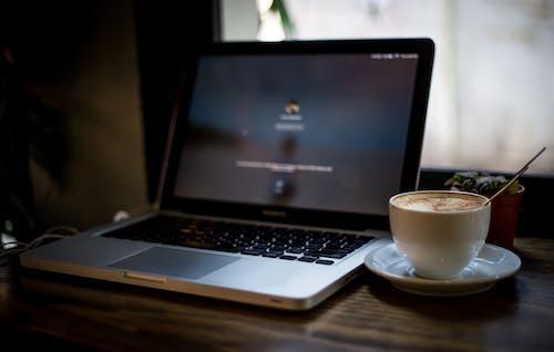 MacBook Pro, カプチーノの無料の写真素材