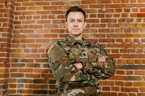 Gratis stockfoto met amerikaans leger, bakstenen muur achtergrond, blijdschap