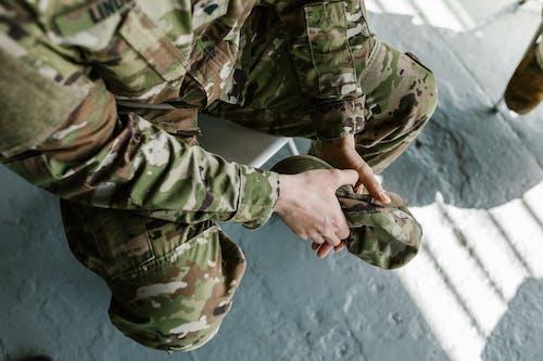 Бесплатное стоковое фото с военная форма, глубина резкости, жест рукой
