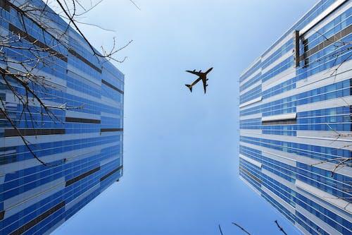 藍色和灰色建築附近的飛機
