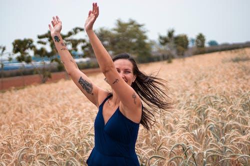 Kostnadsfri bild av blå klänning, frihet, jordbruksmark
