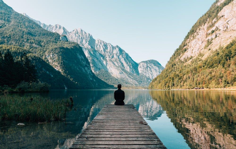 湖畔で佇む人