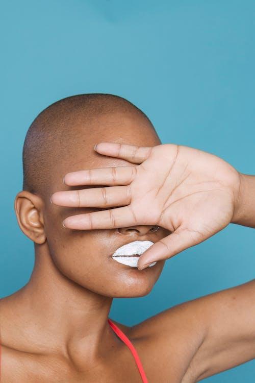 Darmowe zdjęcie z galerii z afroamerykanka, bez uczuć, biała szminka