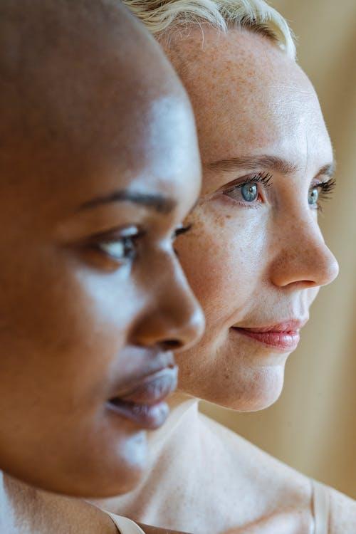 Gratis stockfoto met Afro-Amerikaanse vrouw, andere kant op kijken, bedachtzaam