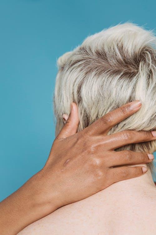 Kostenloses Stock Foto zu ausziehen, berühren, blauem hintergrund