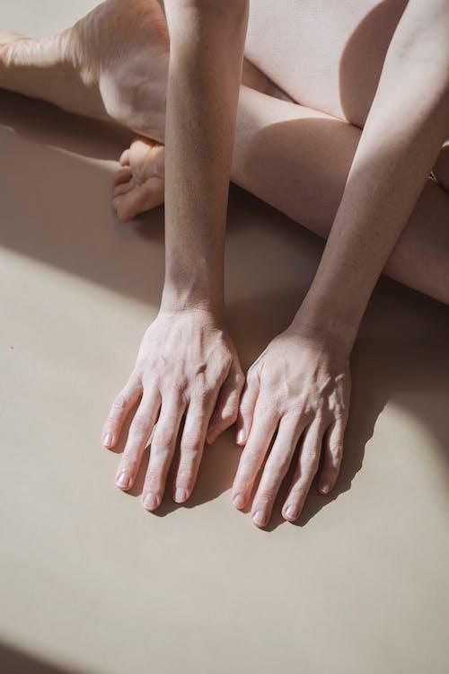 Darmowe zdjęcie z galerii z anonimowy, bez twarzy, biały