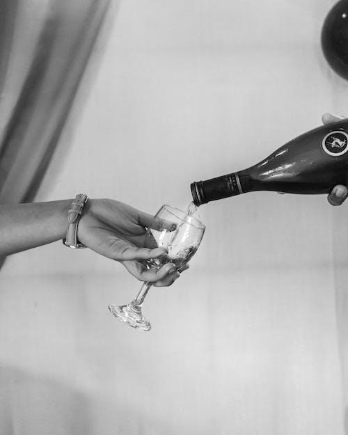 Gratis arkivbilde med alkoholholdig drikkevare, flaske, gråskala