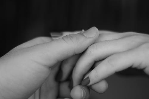 Fotos de stock gratuitas de conmovedor, dedos, dos