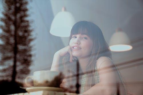 Kostenloses Stock Foto zu attraktiv, brünette, café