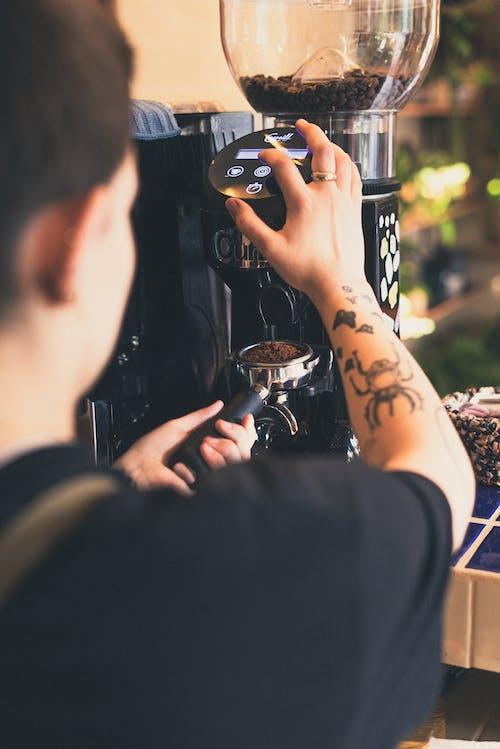 Fotobanka sbezplatnými fotkami na tému barista, káva, kaviareň