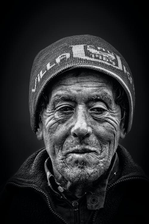 Foto profissional grátis de capô, escala de cinza, gorro