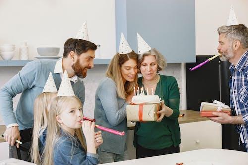 Gratis lagerfoto af barn, bord, familie