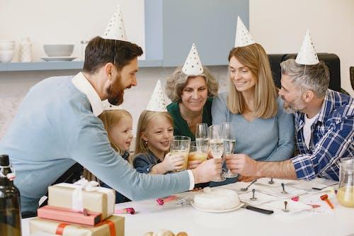 Gratis lagerfoto af barn, bord, champagne