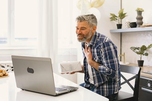 Gratis lagerfoto af ældre, bærbar computer, computer