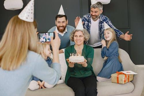 adam, aile, arkadaşlık içeren Ücretsiz stok fotoğraf